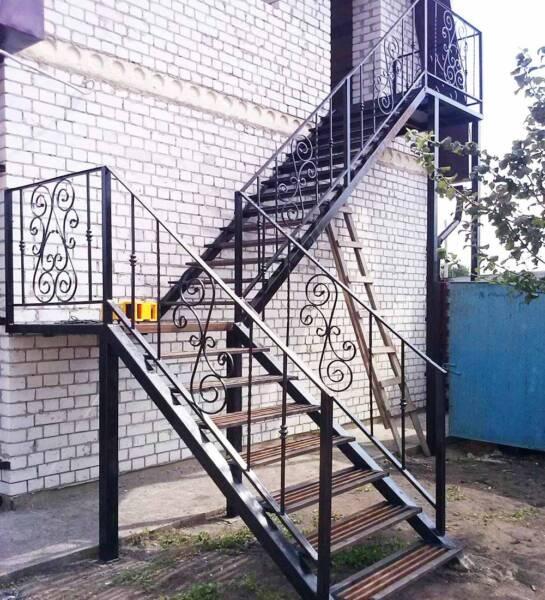 Лестница уличная на второй этаж металлическая